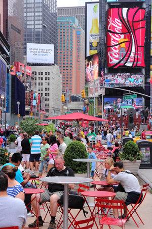 new york time: NUEVA YORK, EE.UU. - 03 de julio 2013: La gente visita Times Square en Nueva York. Times Square es uno de los monumentos m�s reconocidos en el EE.UU.. M�s de 300.000 personas visitan Times Square cada d�a.