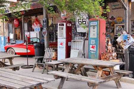 애리조나, 미국 -2004 년 4 월 2 일 : 애리조나에있는 미국 국도 66에서 오래 된 주유소 유명한 길은 시카고에서 로스 앤젤레스까지 이어져 2,451 마일이나