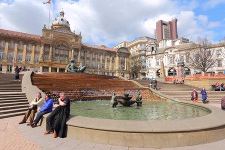 censo: BIRMINGHAM, Reino Unido - 19 de abril 2013: La gente visita la Plaza Victoria en Birmingham. Birmingham es la ciudad brit�nica m�s poblado fuera de Londres con 1.074.300 habitantes (censo de 2011).