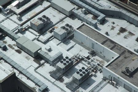 산업용 에어컨 및 환기 장치의 배기구. 리버풀, 영국에서 건물 지붕 상단입니다.