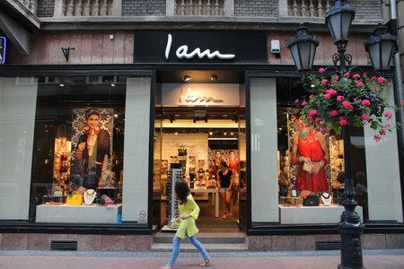 part of me: BUDAPEST, HUNGR�A - 19 DE JUNIO, 2014: persona camina por I Am tienda de moda en Budapest. I Am es una parte del Grupo Beeline que opera 390 tiendas en 39 pa�ses.