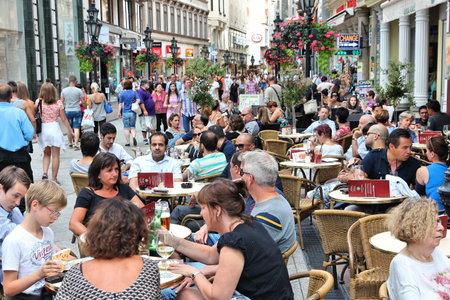 부다페스트, 헝가리 - 2014 년 6 월 19 일 : 사람들이 부다페스트에서 바기 거리를 방문합니다. 부다페스트 수도권에는 330 만 명이 거주합니다. 그것은 헝 에디토리얼