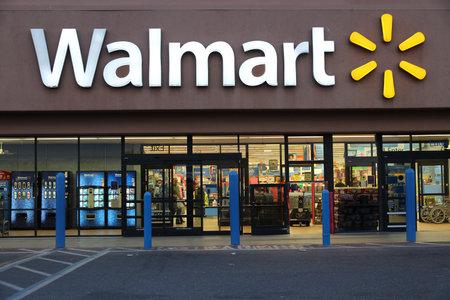 리지 크레스트, 미국 - 4 월 12 일 : 2014 년 리지 크레스트, 캘리포니아의 월마트 매장. 월마트는 8970 위치 및 미국의 수익 $ (469) 억 (2013 회계 연도)와 소매