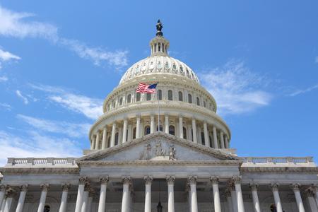 bandera estados unidos: Washington DC, Estados Unidos hito. Nacional Capitolio edificio con bandera de Estados Unidos.
