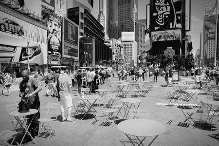 new york times square: NUEVA YORK, EE.UU. - 07 de julio 2013: La gente visita Times Square en Nueva York. Times Square es uno de los monumentos m�s reconocidos en el mundo. M�s de 300.000 personas pasan por Times Square diaria.