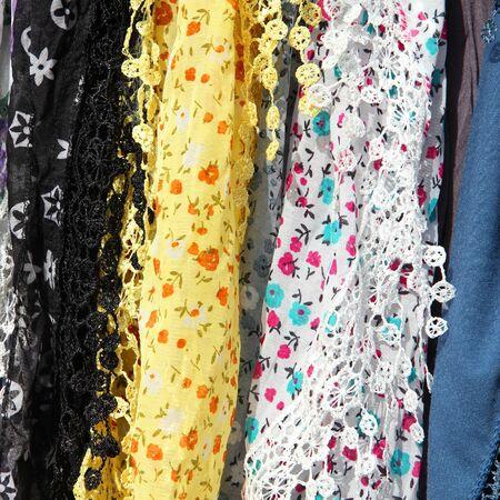 sciarpe: Sciarpe allacciati in un mercato in Italia. I colori dei tessuti.