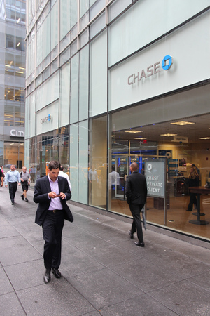 NEW YORK, USA - JULY 1, 2013: People walk by Chase Bank branch on in New York. JPMorgan Chase Bank is one of Big Four Banks of the US. It has 5,100 branches and 16,100 ATMs. Publikacyjne