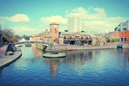 버밍엄 물 운하 네트워크 - 유명한 버밍엄 - Fazeley 로터리. 웨스트 미들 랜드, 영국. 크로스 처리 색조 - 필터링 된 복고 스타일.