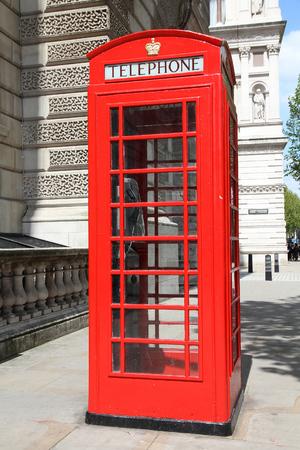 cabina telefonica: Cabina de tel�fono de Londres. Cabina de tel�fonos roja en Inglaterra. Foto de archivo