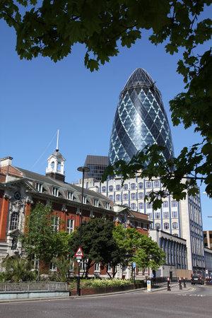 LONDRES, Royaume-Uni - 13 mai 2012: Street view 30 bâtiment St Mary Axe à Londres. Il a été achevé en 2003 et est parmi les 10 plus hauts bâtiments de Londres (à 180 m). Banque d'images - 45145675