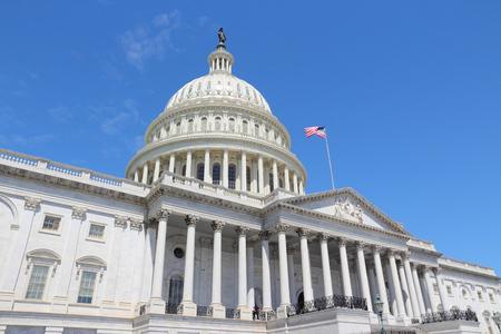 edificio: Washington DC, Estados Unidos hito. Nacional Capitolio edificio con bandera de Estados Unidos.