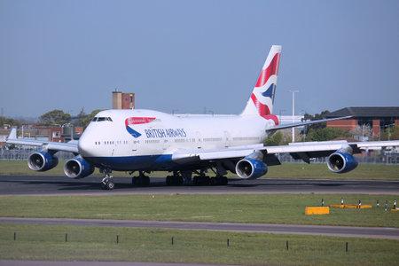 boeing 747: LONDON, UK - 16 APRILE 2014: British Airways Boeing 747 dopo l'atterraggio all'aeroporto di Londra Heathrow. BA opera flotta di 283 aeromobili (il pi� grande nel Regno Unito) ed � il pi� grande operatore di 747 con 55 velivoli (2014).