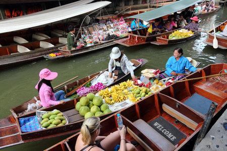 damnoen saduak: RATCHABURI, THAILAND - DECEMBER 24, 2013: People visit Damnoen Saduak floating market. Damnoen Saduak is a popular tourist destination, typical for Ratchaburi province culture.