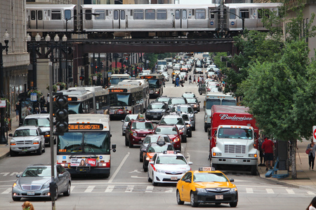 CHICAGO, USA - JUNE 26, 2013: People drive downtown in Chicago. Chicago is the 3rd most populous US city with 2.7 million residents (8.7 million in its urban area). 新聞圖片