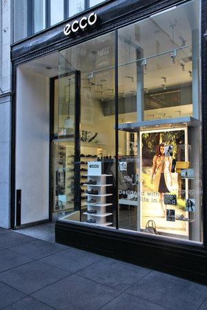 tienda de zapatos: SAN FRANCISCO, USA - APRIL 8, 2014: Ecco shoe store in San Francisco, USA. Ecco has 3,060 shops in 88 countries.