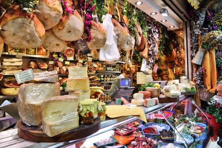 Florenz, Italien - 30. April 2015: Der Anbieter verkauft in Florenz, Italien am Mercato Centrale Markt Käse. Der Markt ist eine ultimative italienische Shopping-Erlebnis. Es wurde 1874 eröffnet. Standard-Bild - 52926139