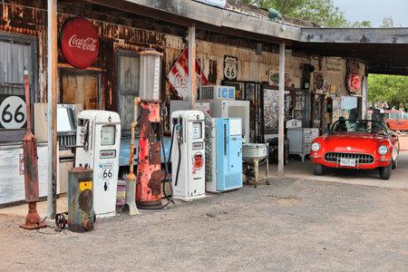 Arizona, USA - 2 april 2014: Oud benzinestation op US Route 66 in Arizona. De beroemde weg leidde van Chicago naar Los Angeles en was 2451 mijl lang. Redactioneel