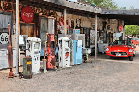 ARIZONA, USA - 2 aprile 2014: Vecchia stazione di benzina a US Route 66 in Arizona. La famosa strada ha portato da Chicago a Los Angeles ed è stato 2.451 miglia lungo.
