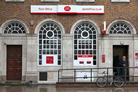 LONDON, UK - 14 maggio 2012: La gente visita Post Office a Londra. Royal Mail è stata fondata nel 1516 e impiega 150.000 persone (2013). Editoriali