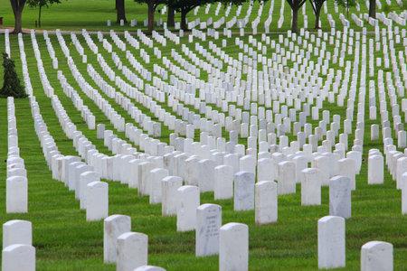 美国华盛顿——2013年6月13日:位于华盛顿的阿灵顿国家公墓。阿灵顿国家公墓建于1864年,拥有40多万座墓地。