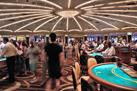 LAS VEGAS, USA - 14. April 2014: Die Leute besuchen Caesars Palace Casino Resort in Las Vegas. Das berühmte Casino Resort verfügt über fast 4.000 Zimmern. Editorial