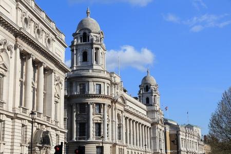 oficina antigua: Londres, Reino Unido - la arquitectura a lo largo de la calle Whitehall con el ex edificio de oficina de la guerra.