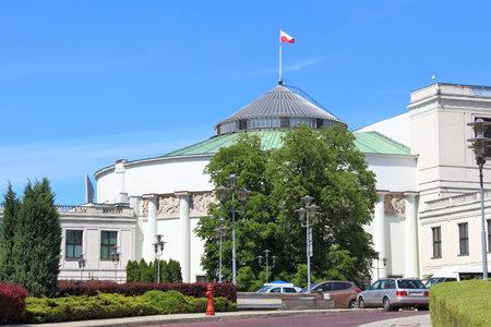 bandera de polonia: VARSOVIA, Polonia - 19 de junio, 2016: Vista exterior del edificio del Parlamento Sejm en Varsovia, Polonia. Varsovia es la capital de Polonia. 1,7 millones de personas viven aquí. Editorial