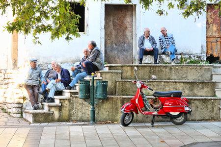 Corfú, Grecia - 2 de junio 2016: la tercera edad disfrutan de chat al aire libre en la isla de Corfú, Grecia. 104 mil personas viven en la isla de Corfú.