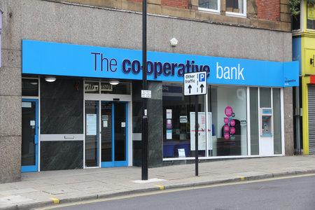 cooperativismo: Sheffield, Reino Unido - 10 de julio, 2016: La sucursal del Banco Cooperativo en Sheffield, Yorkshire, Reino Unido. El banco es parte de la Co-operative Group emplea a 70.000 personas.
