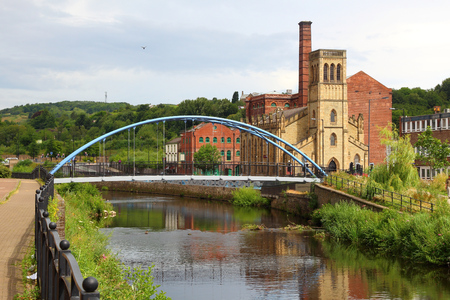 Sheffield - city in South Yorkshire, UK. River Don footbridge. Imagens