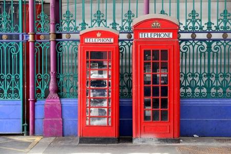 cabina telefonica: cabinas telefónicas de Londres - cabinas telefónicas rojas en el Reino Unido. Foto de archivo