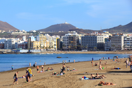 las palmas: LAS PALMAS, SPAIN - NOVEMBER 30, 2015: People visit Las Canteras Beach in Las Palmas, Gran Canaria, Spain. Canary Islands had record 12.9 million visitors in 2014. Editorial