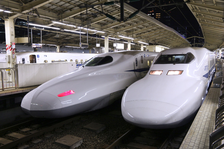 TOKYO, GIAPPONE - 28 NOVEMBRE 2016: Treno di pallottola di Shinkansen Tokaido alla stazione di Tokyo, Giappone. La rotta Tokaido è servita dai treni Hikari e Nozomi Shinkansen.