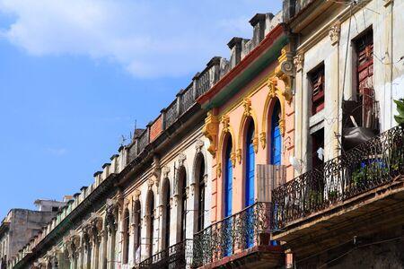 casa colonial: La Habana, Cuba - vista calle colorida con arquitectura colonial. Foto de archivo