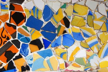 バルセロナのアート - グエル公園カラフルなセラミック モザイクの背景。