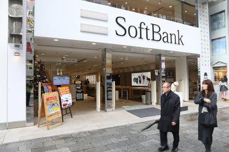 도쿄, 일본 - 2016 년 12 월 1 일 : 일본 도쿄에있는 SoftBank 휴대 전화 네트워크 상점에서 도보. 일본에는 약 1 억 4,660 만 대의 휴대 전화가 사용되고 있습니 에디토리얼