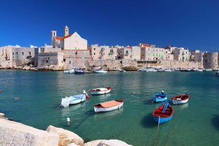 イタリア ・ プーリア ジョヴィナッツォ町の漁港。