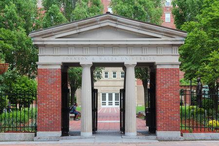 PROVIDENCE, Verenigde Staten - 8 juni 2013: Mensen bezoeken de universiteit van Johnson en Wales in Providence. JWU is een particuliere non-profit universiteit die is opgericht in 1914.