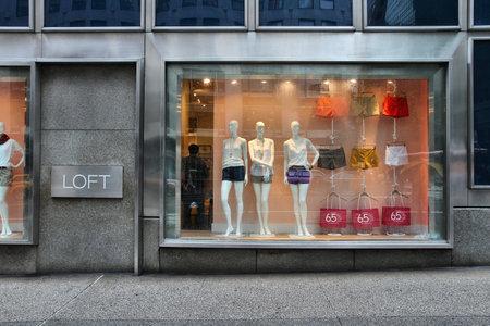 ニューヨーク、アメリカ合衆国 - 2013 年 7 月 1 日: ロフト店はマンハッタン、ニューヨークのファッション。2012 年アン テイラー ブランド アン ・ テ