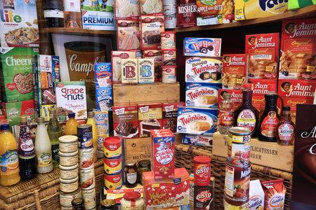 암스테르담, 네덜란드 -2011 년 7 월 10 일 : 미국 과자 및 암스테르담, 네덜란드에서 전문 국제 요리 저장소의 음식 선택.