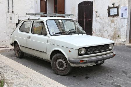 Pouilles, Italie - 6 juin 2017: Fiat 127 youngtimer voiture à hayon garée en Italie. Il y a 41 millions de véhicules à moteur immatriculés en Italie. Éditoriale