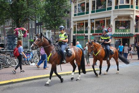 AMSTERDAM, NEDERLAND - JULI 10, 2017: Ruiterpolitiepolitie Amsterdam. Politie (Politie) heeft meer dan 63.000 mensen in dienst in Nederland.
