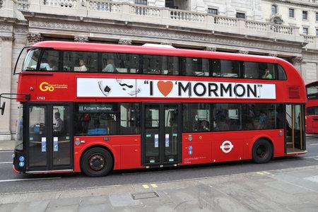 LONDON, HET UK - 8 JULI, 2016: Nieuwe Routemaster-bus in Londen. De hybride dieselelektrische bus is een nieuwe, moderne versie van het iconische dubbeldek.