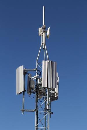 通信塔 - モバイル ネットワークの送信機とアンテナ。