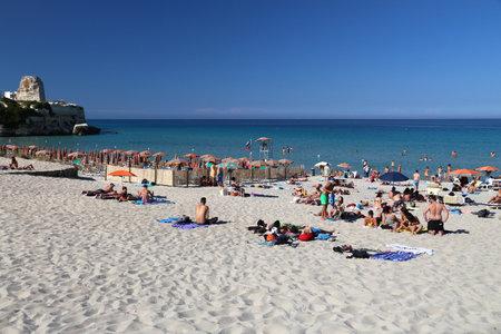 살 렌투, 이태리 -2007 년 6 월 1 일 : 사람들이 Salento 반도, 이탈리아에서 토 레 델 Orso 해변을 방문하십시오. 연례 방문객은 5 천 1 백 7 십만 명으로 이탈리아는 가장 많이 방문한 국가 중 하나입니다.
