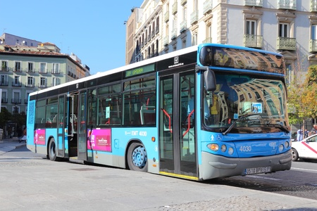 マドリード、スペイン - 2012 年 10 月 22 日: マドリードの市内バスに乗る人。EMT はマドリードの主要なバス停演算子です。2000 以上のバスの車両を使
