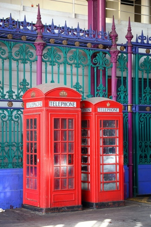 cabina telefonica: London telephone - red phone booths in England. Foto de archivo