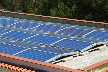 옥상 태양 전지 패널 - Apulia, 이탈리아에서 태양 광 전기 셀 설치.