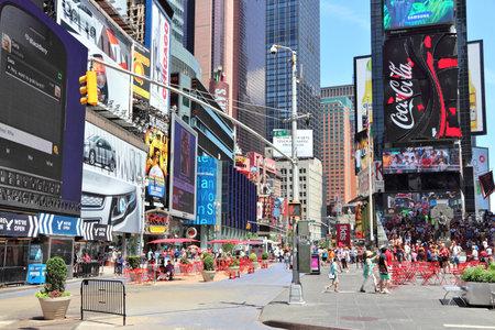 NEW YORK, USA - 7. JULI 2013: Leute besuchen Times Square in New York. Der Platz an der Kreuzung von Broadway und 7th Avenue hat jährlich etwa 39 Millionen Besucher.