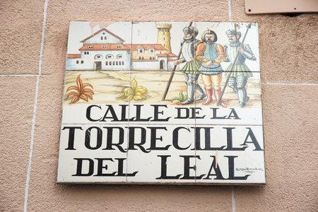 MADRID, SPAGNA - 24 OTTOBRE 2012: Calle de la Torrecilla Del Leal tipico cartello stradale a Madrid, Spagna. I segni artistici delle piastrelle di ceramica sono tipici di Madrid. Editoriali